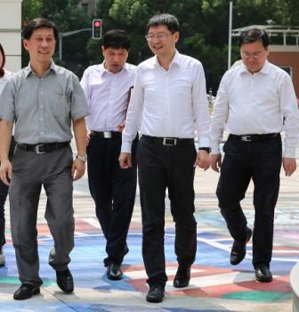 浦东新区领导来访我校致以教师节问候